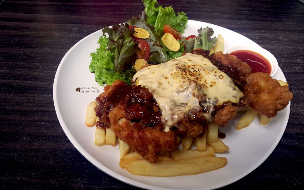 芝士脆炸鸡扒 Cheesy Crispy Chicken Chop with Fries & Condiments